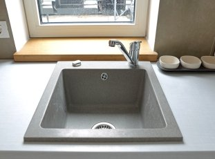 Чем чистить раковину из искусственного камня на кухне: народные и профессиональные средства