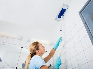 Чем мыть натяжные потолки без разводов