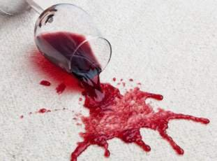 Как отстирать красное вино с одежды и скатерти