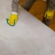 Как почистить матрас в домашних условиях от запаха и пятен