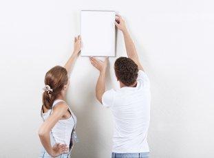 Как повесить картину на стену без сверления