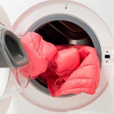 Как стирать пуховик в стиральной машине и вручную?