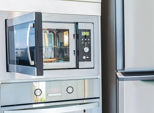 Можно ли ставить микроволновку на холодильник или рядом с ним