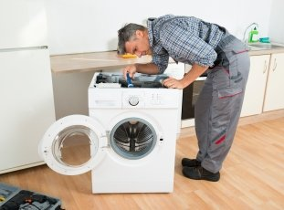 Прыгает стиральная машина при отжиме (сильная вибрация): что делать?